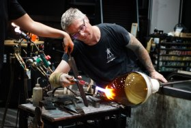 Patrick Primeau demonstrates the creation of an incalmo vessel during a live demo at CMoG.