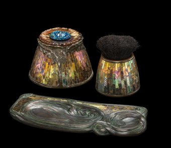 Pen wiper, about 1902–1906. Tiffany Studios. Favrile glass tesserae, bronze. H. 5.7 cm, Diam. 6.8 cm. The Corning Museum of Glass, Corning, New York (2015.4.8).