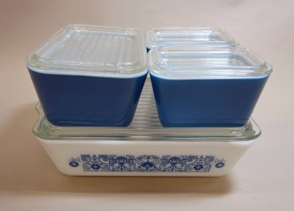 4 Pyrex Refrigerator Dishes with Lids