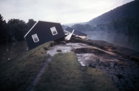 [House atop Post Creek dike at Roosevelt Street] [slide].