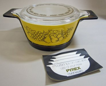 2-1/2 Quart Pyrex Casserole with Lid and Plastic Holder