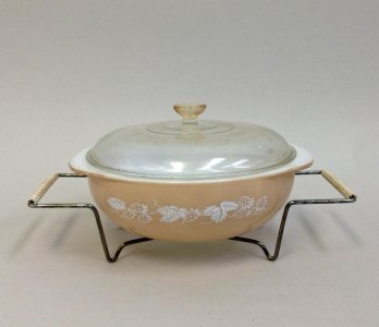 2 Quart Pyrex Casserole with Lid and Cradle