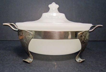 Pyrex Casserole Dish with Lid and Mounter