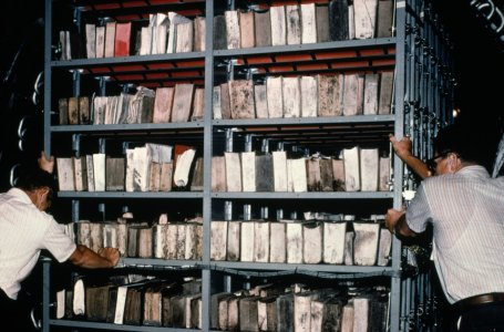 [Frozen library books moved into the General Electric vacuum chamber] [slide].