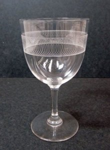 Engraved Wineglass with Band of Overlapping Circles