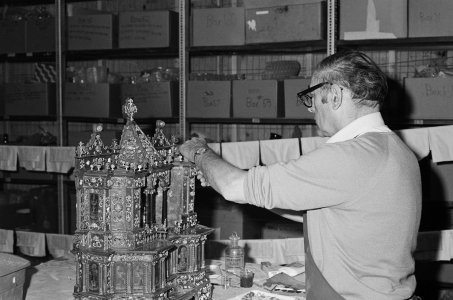 [Albert Fehrenbacher restores Altar to Saint Nicholas of Bari] [picture].